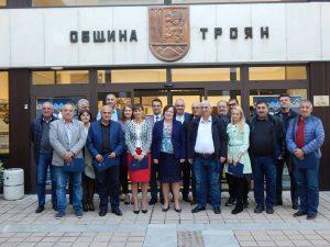 На снимката: хората допринесли за честването на 150 години град Троян, на фона на обновената сграда на Общината.