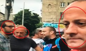 От ляво на дясно: Тодор Бояджиев и баща му Борис Бояджиев заедно с Радан Кънев на протести за сваляне на правителството пред съдебната палата в гр.София.