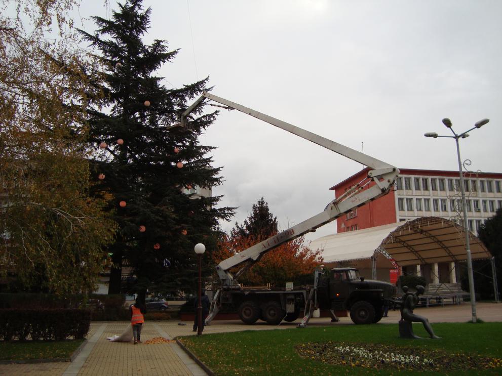На снимката: Вишката, която е 28 метрова и украсява 35 метрова елха в Димитровград.