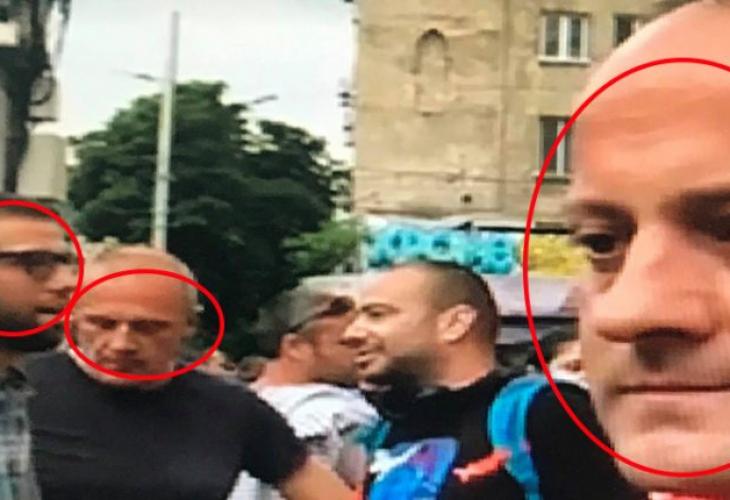 На снимката от ляво на дясно: Тодор Бояджиев и баща му Борис Бояджиев заедно с Радан Кънев на протести пред Съдебната палата в борба срещу правителството и Гл. прокурор.