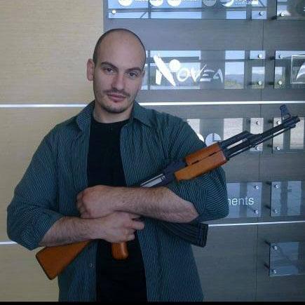 На снимката Димитър Стоянов или по известен като БиволЪ, който държи АК47 и е написал във фейсбук ИЗПИТАНИ МЕТОДИ...